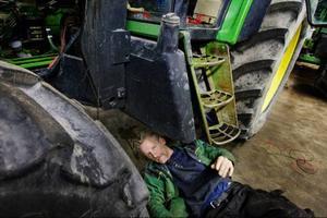 Verkstan är en del av verksamheten i Dillebolagen och på bilden är det Rolf Jacobson som tar sig an en krånglande växellåda