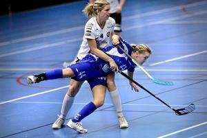 Nettan Lundin (i blått) gjorde ett mål när Kumla förlorade mot Köping med 5-3.