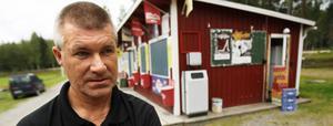 Kent Skalberg, Skästra, vaktmästare på Åslidens idrottsplats och dansbana, reparerade skadorna på kiosken som kunde öppna på måndagskvällen då det var match.