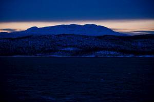 Att resa med Hurtigruten på vintern är en sällsam och annorlunda upplevelse. Ovanför polcirkeln är dagsljuset en bristvara.