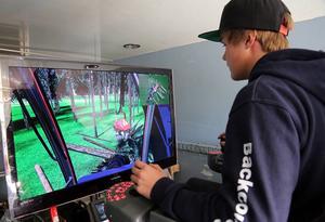 Skördarsimulatorn från naturprogrammet i Älvdalen var populär bland eleverna.