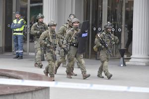 Poliser vid Centralstationen i Stockholm.