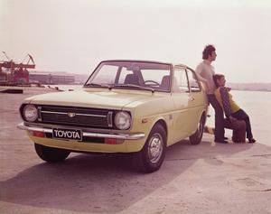 Toyota Starlet tillverkades mellan 1973 och 1999 och var i mångt och mycket en mindre version av Corolla, en av världens mest sålda bilar genom tiderna. Här i en tidstypisk reklambild från 1970-talet.