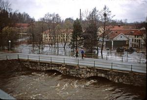 Våldsamma vattenmängder strömmade ned i Norasjön under gamla stenvalvsbron.