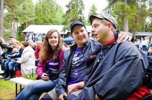 """Agneta Andersson, Sebaztian Löfhaugen och Mathias Eriksson bänkade sig i lördags längst fram framför utomhusscenen på hembygdsgården i Rätan. """"Jag tycker att """"Sommaren är kort"""" är den bästa låten. När den spelas kommer jag att sjunga med"""", berättade Mathias för LT före konserten."""