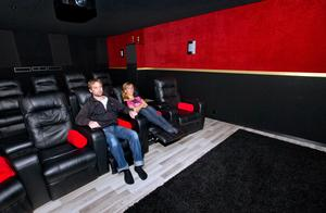 Familjen Lindström hinner inte kolla på film så ofta. Men de använder biosalongen när de kollar på Melodifestivalen och fotbollsmatcher.