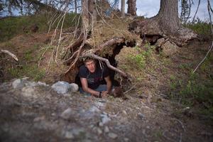 Marcus Bäck i björnidet som upptäcktes för cirka två år sedan.