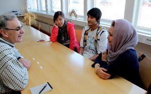 – Kul att möta andra kulturer, säger Olle Köpman från Romma. Här tillsammans med Yu Zongxiang, Kina, Ali Heidari, Afghanistan och Nasrin Alimi, Afghanistan. MATS RÖNNBLAD