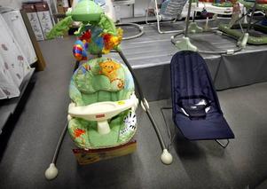 Väljer du en babygunga från Fisher Pirce för 2.045 kronor eller en traditionell babysitter från Carina för 149 kronor, från Barnens hus?