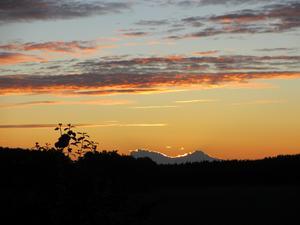 En augustimorgon vid sex-tiden fick jag se denna underbara soluppgång. Varje moln har en silver-kant, brukar manju säga, men det här hade en lysande guldkant...!