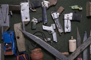Vapen som hittats i fängelset Porto Alegre i Brasilien.  Många av vapnen har kastats över murarna till fångarna. Det är oklart hur stor vapentillgången var vid upploppet i  Anísio Jobim som krävde minst 50 liv.