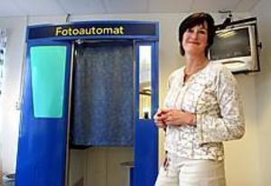 Foto: ANNAKARIN BJÖRNSTRÖM Ingen vanlig automat. Inom kort kommer alla som ska ta körkort att få sätta sig i en fotoautomat på förarprovskontoret. Bilden digitaliseras och skickas elektroniskt till trafikregistret. - Det här blir smidigt, säger Eva Kinnvall chef vid förarprovskontoret i Gävle.