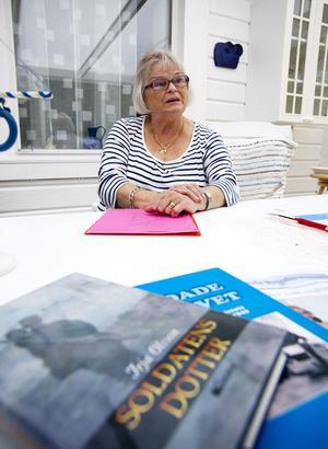 """På måndag släpper Irja Olsson boken om sin uppväxt """"Soldatens dotter"""""""
