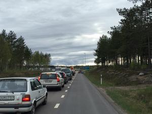 Det har enligt helahalsingland.se:s reporter på plats bildats en lång kö fram till olyckan.