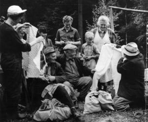 En gårdfarihandlare visar sina varor för hugade spekulanter. Bilden dock tagen så sent som 1954.