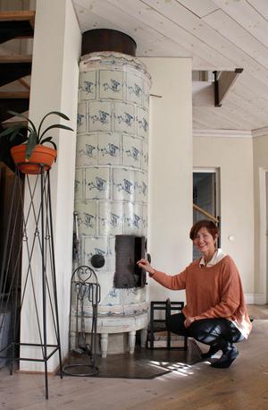När Färna herrgård renoverades 1996 plockades kakelugnen från 1700-talet ner. Nu har den fått ett nytt hem hos Wenche.