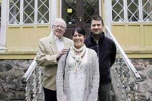 Lars Sigvard, Pia Pettersson och Kaj Stefanius utanför Engesbergs herrgård.