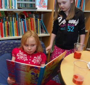 Clara Järnberg sitter och läser en pysselbok tillsammans med en kompis på Mora bibliotek. Under 2011 ökade också utlånen av barn- och ungdomsböcker på Mora bibliotek från 61394 till 64739, en ökning med 5,5 procent trots att barnkullarna minskar.