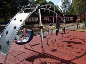 Klätterplats. Den nya klätterställningen finns, enligt en av dem som arbetat med skolgården, bara på en plats till i Borlänge.