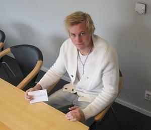 Emil Johansson och presentkortet.