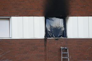 Det brann ur ett fönster på andra våningen när räddningstjänsten kom till platsen.
