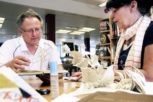 Eva-Lothe Madsen visar Bernhard Nilsson hur man kan göra konst av gamla böcker.