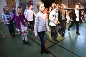 Eleverna i årskurs tre dansade line-dance till Billy Ray Cyrus. I mitten närmast kameran ser man Astrid.