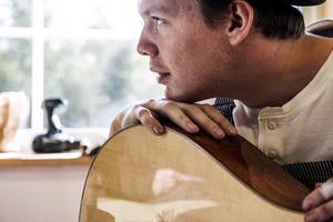 Per Marklund byggde sin egen gitarr vid köksbordet i studentlägenheten. Nu har det vuxit till ett företag.