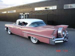 ett stopp under power meet för att sträcka på benen och en snabb fika, bilen är en Cadillac 1958
