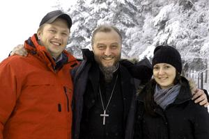 Joakim Johansson och Evelina Andersson är redo för ett is-bröllop med kyrkoherde Per Schmidt.