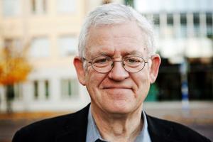 Mats Åmvall, har en lång och gedigen tidningserfarenhet. Han började som korrekturläsare på Kvällsposten i Malmö och avslutar sitt yrkesliv som chefredaktör på Sundsvalls Tidning. Meningen är att han kröner sin karriär med att genomföra ett mastigt sparpaket.