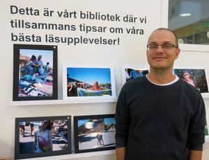 """Projektet """"Min positiva bild av Andersberg"""" var en fototävling bland ungdomar under sommaren. Nu hänger 18 bilder på Andersbergs bibliotek och alla kan rösta på bästa bilden. """"Vi hade tre CD-skivor fulla med bilder, berättar Henrik Halvarsson, biblioteksassistent på Andersbergs bibliotek och medlem av juryn."""""""