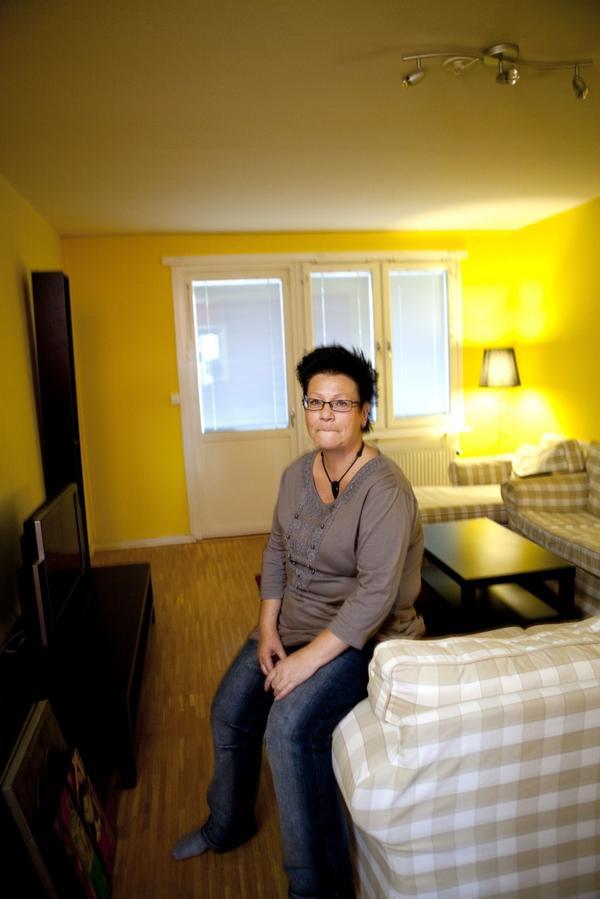 """Kan bli bostadslös. Helen Kron har letat efter en hyreslägenhet intensivt sedan i somras. Hon har fortfarande inte hittat någon. """"Det tär på allt. Jag trodde aldrig det skulle bli såhär"""", säger hon.foto: per g norén"""