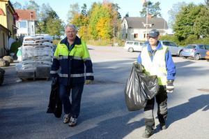 5 gator rensade från skräp. Bosse Johansson och Lars-Göran Bergvall kommer tillbaka med sopsäckarna, som innehåller bland annat ett par regnbyxor, burkar och mycket annat.