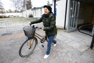 """CYKLAR. Inger Cronvall cyklar till jobbet varje dag, året runt. """"Man får både kondition, frisk luft och minskade bensinkostnader"""", säger hon. Nu vill Folkhälsoinstitutet att kommunerna gör mer för att underlätta för sina invånare att vardagsmotionera som Inger."""