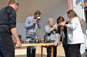 Rickard Sjöberg och tre frivilliga fick prova kaffe och te på hamnscenen.