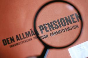 På gång. Snart är det här, pensionskuvertet. Inte alltid särskild rolig läsning. arkivbild: Fredrik Sandberg/SCANPIX