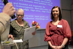 Prisad företagare. Jenny Thermell får höra juryns motivering till utmärkelsen årets kvinnoföretagare i Örebro län. Rose-Marie Frebran skötte gratulationerna. BILD: ANDERS ALMGREN