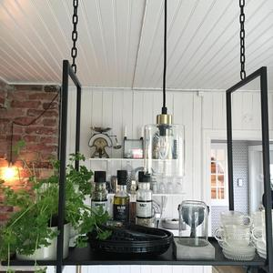 Den hängande hyllan har Madelene köpt i en butik i Sörberge som heter Drömrum.