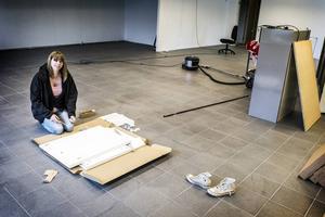 Vänner och familj har hjälp Nina Guldbrandsson med att byta golv, fönster, panel och riva en vägg.