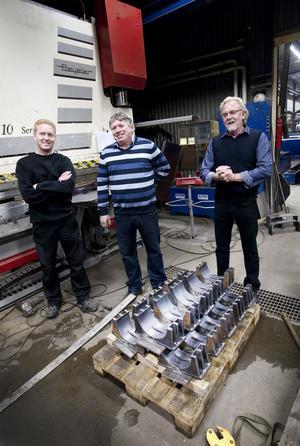Emil Holmström, Torsten Bauer och Sten-Åke Holmström med fixturen för tillverkning av de nya värmeväxlarna i förgrunden.