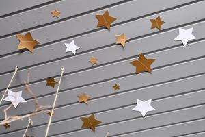 När taket i Indras rum målades grått sattes också stjärnor upp så att det blev en stjärnhimmel över sängen.