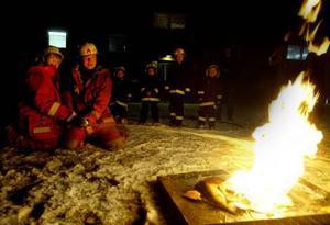 Kristoffer Persson släcker en eld med riktig brandslang.