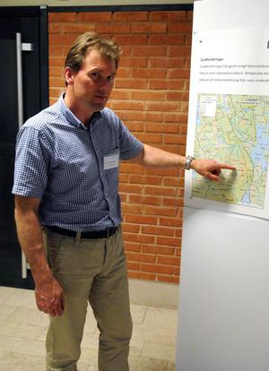 Vid ett första möte i Medborgarhuset vill Peter Svantesson, Bergvik, få in så mycket synpunkter som möjligt på den vindkraftsatsning som bolaget planerar att genomföra.