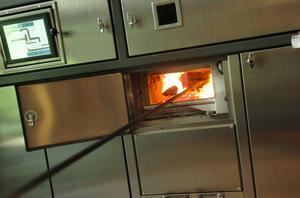En normal kremering tar cirka 75 minuter, därefter skrapas askan ner i en behållare för att sedan åtskiljas från metall som följt med kistan.