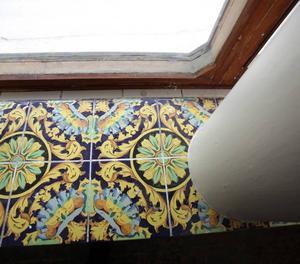 I fönsternischen fanns kakel med orientaliskt mönster.