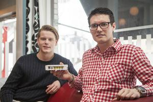Björn Andrén, praktikant, och Anton Asterot, projektledare på IP only, berättade om fiberanslutning på Café Cineast i Sveg i onsdags.
