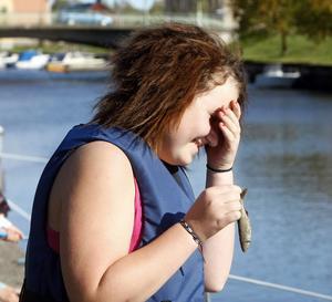 – Titta jag vågar ta i fisken! säger Sanna Håberg stolt när hon plockar upp en löja.