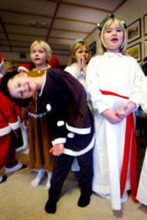 Mörkt, mystiskt och högtidligt var det inte, däremot massor av glädje och spontanitet, när småluciorna från Korsta dök upp på Lindgården.
