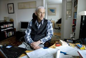 Författaren Theodor Kallifatides har städat ur sin skrivarstuga på Södermalm i Stockholm.